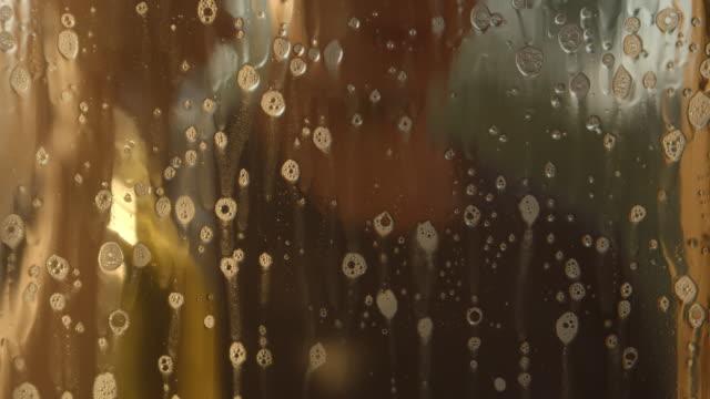 vidéos et rushes de l'homme pulvérise la solution de savon sur une fenêtre et la nettoie (défocalisée) - raclette