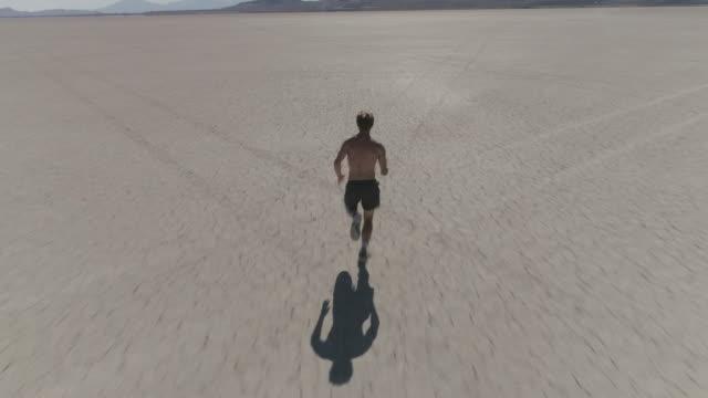 vídeos de stock, filmes e b-roll de homem correndo no deserto - perfeição