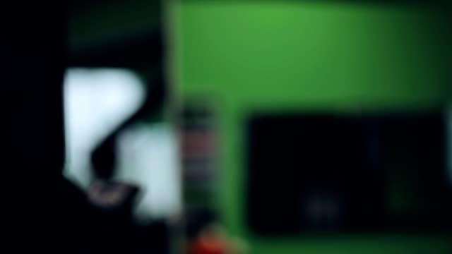 vídeos de stock, filmes e b-roll de nada de homem com peso no ginásio - comodidades para lazer