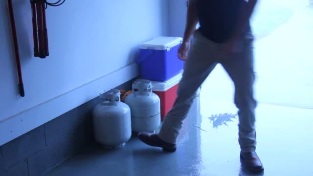 vídeos y material grabado en eventos de stock de hombre pilas huracanes suministros - generadores