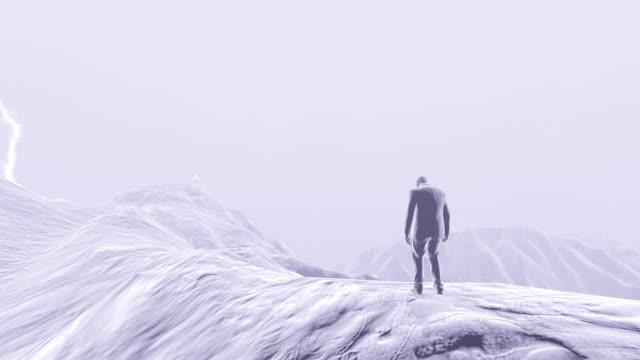 激しい雷雨と雷の間、男は山の上に立っています。4k - 拳 イラスト点の映像素材/bロール