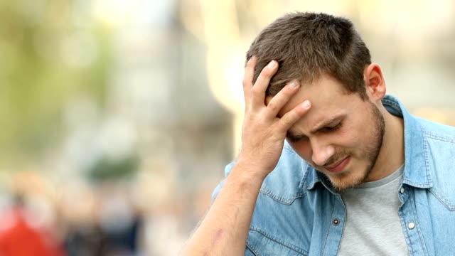 man lider av huvudvärk i gatan - människohuvud bildbanksvideor och videomaterial från bakom kulisserna