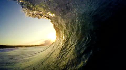 pov adam sörf okyanus dalgası, aşırı spor hd ağır çekim - devinim stok videoları ve detay görüntü çekimi