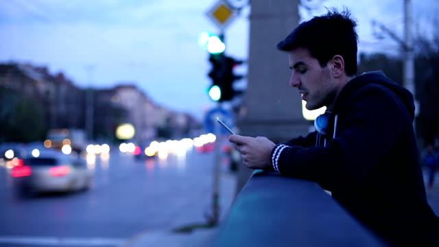 uomo navigare in internet su tavoletta digitale - solo un uomo giovane video stock e b–roll