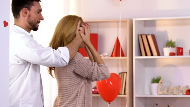 Man surprises girlfriend with beautifully decorated room on Valentines day