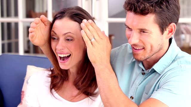 man surprising his girlfriend on the couch - 30 39 år bildbanksvideor och videomaterial från bakom kulisserna