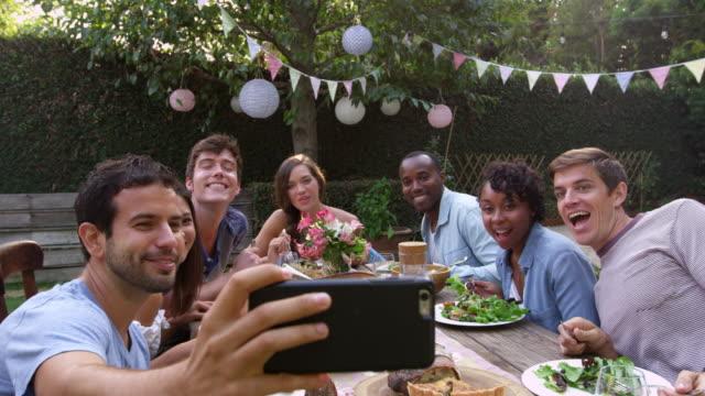 Homem leva Selfie ao redor da mesa no exterior tiro partido na R3D - vídeo