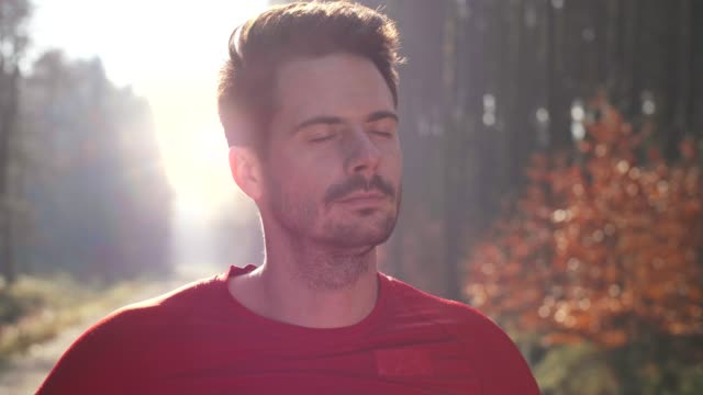 mann nimmt einen tiefen atemzug - atemübung stock-videos und b-roll-filmmaterial