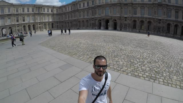 man taking a selfie in square in spain - ritratto 360 gradi video stock e b–roll