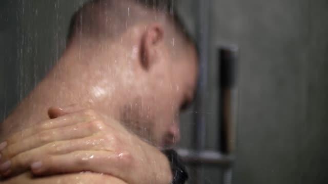 vídeos y material grabado en eventos de stock de hombre tomando una ducha, lavar el cabello sólo con las manos. persona ducha en casa estilo de vida. cuerpo adulto joven cuidado mañana de rutina - hombres