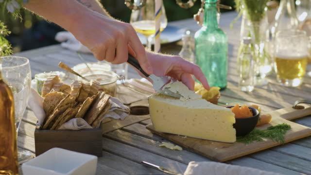 Man tar ost på midsommarmiddag video