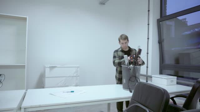 vidéos et rushes de homme qui rallonge de panier - vidéos de rallonge électrique