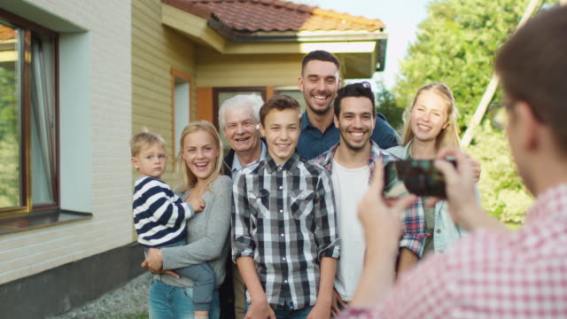 Man Taking Outdoor Photos of His Big Family. - vídeo