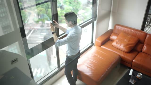 Mann macht Panoramafotos aus der Wohnung – Video