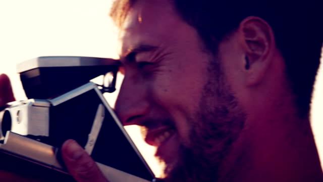 mann nehmen foto - polaroid stock-videos und b-roll-filmmaterial