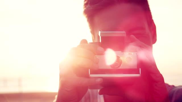 stockvideo's en b-roll-footage met man taking photo - polaroid