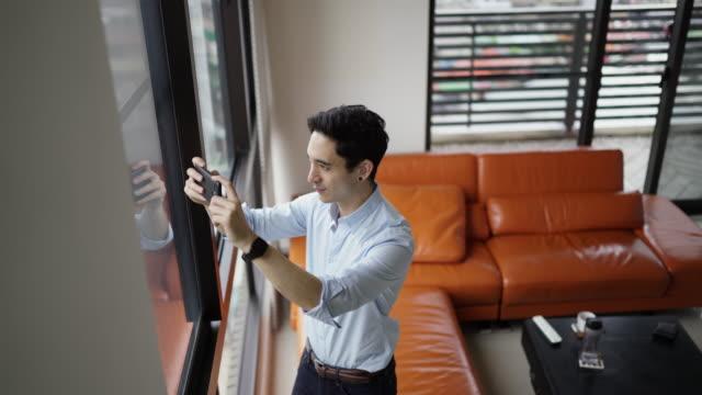 Mann fotografiert den Blick aus seiner Wohnung – Video