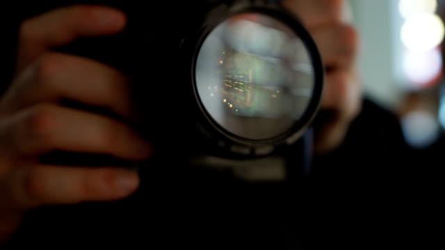 男子用相機拍照, 狗仔隊尋找令人震驚的內容 - 摄影 個影片檔及 b 捲影像