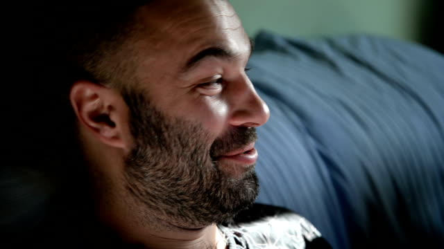man pratar och ler. närbild. - endast en man i 30 årsåldern bildbanksvideor och videomaterial från bakom kulisserna
