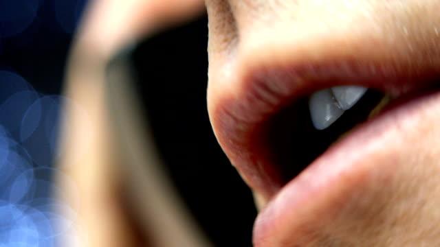 vídeos de stock, filmes e b-roll de homem falando no telefone celular - boca