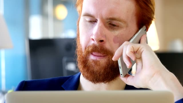 man talking on phone, close up - podnosić filmów i materiałów b-roll