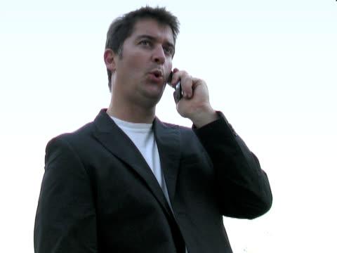 uomo parla al telefono - blazer video stock e b–roll