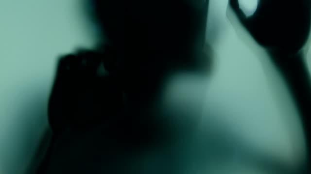человек в ужасе за матовым стеклом - тени стоковые видео и кадры b-roll