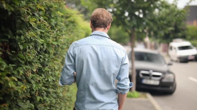 通りで誰かに会って驚く男 - 後方点の映像素材/bロール