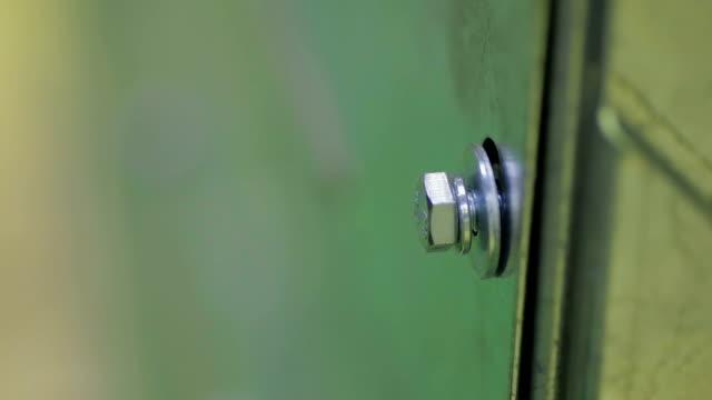 mann ein bolzen oder schraube mit einem elektrischen schraubendreher festziehen - steckschlüssel stock-videos und b-roll-filmmaterial