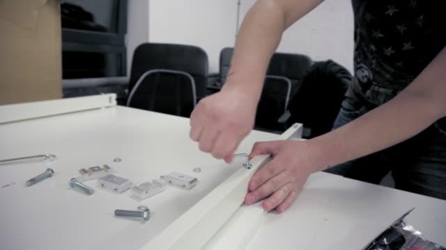 육각 렌치로 나사를 강화 하는 남자 - 한 명의 중년 남자만 스톡 비디오 및 b-롤 화면
