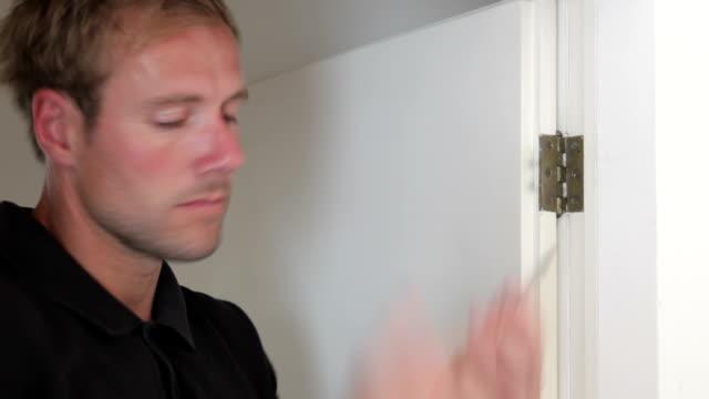 человек крепежного винта с шарнирной застежкой - затягивание стоковые видео и кадры b-roll