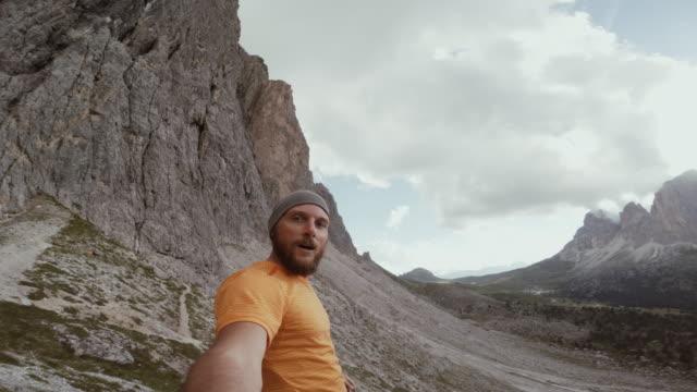Trailrunning-POV Mann auf Bergrücken – Video