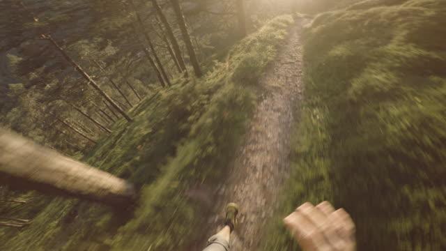 pov man trail läuft auf dem berg: die dolomiten - rennen körperliche aktivität stock-videos und b-roll-filmmaterial