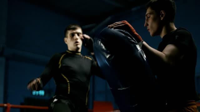 ジムでインストラクターと一緒に男トレーニング ボックス - 支えられた点の映像素材/bロール