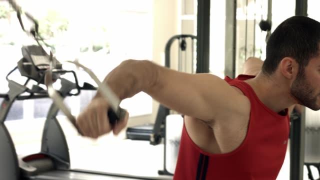 training brust mann - hantel stock-videos und b-roll-filmmaterial