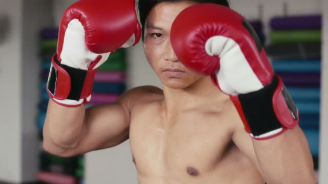 Hombre la formación, el ejercicio, el gimnasio, el centro de deportes, gimnasio, sala de boxeo, artes marciales - vídeo