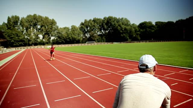 vídeos y material grabado en eventos de stock de hombre de entrenamiento de triatlón - entrenador