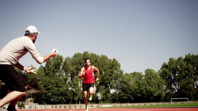 uomo di formazione per il triathlon - traccia video stock e b–roll