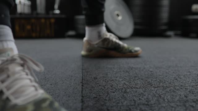 stockvideo's en b-roll-footage met man training met kettlebell in gym - bankdruktoestel