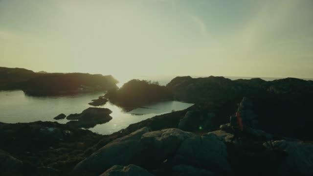 vídeos y material grabado en eventos de stock de aventuras de viaje en el hombre: senderismo en noruega - bergen
