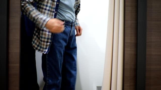 man försöker på jeans - byxor bildbanksvideor och videomaterial från bakom kulisserna