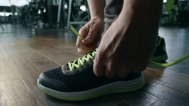 man 結束靴 - スポーツウェア点の映像素材/bロール
