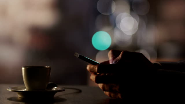 Mann, die Eingabe einer Nachricht mit Handy im Coffee House – Video