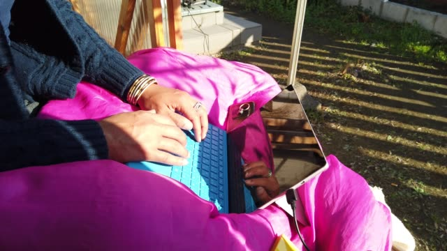 pov: 日本の自宅でノートブックの青いキーボードをタイピング男。 - オフィス外勤務点の映像素材/bロール