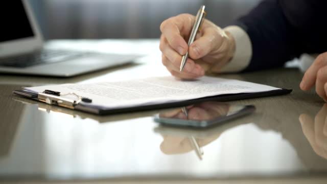 uomo che digita su laptop, firma contratto di acquisto, nuovo accordo, cooperazione - sistema legale video stock e b–roll