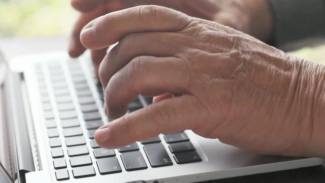 man typing on laptop - solo un uomo maturo video stock e b–roll