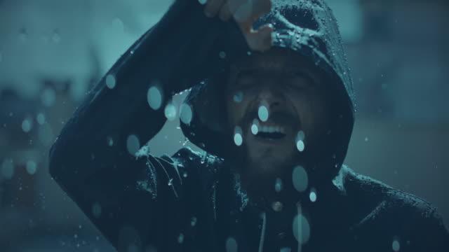 Mann unter einem schweren Sturm – Video