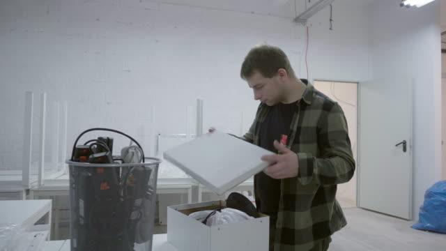 vidéos et rushes de boîte de déballage homme - vidéos de rallonge électrique