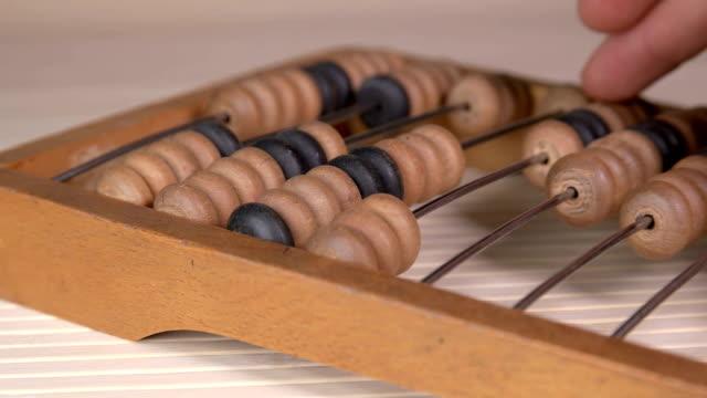 man använder vintage gamla abacus - abakus bildbanksvideor och videomaterial från bakom kulisserna