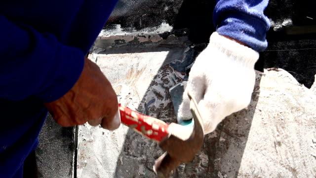 vídeos y material grabado en eventos de stock de hombre usando una punta de cincel - brazo humano